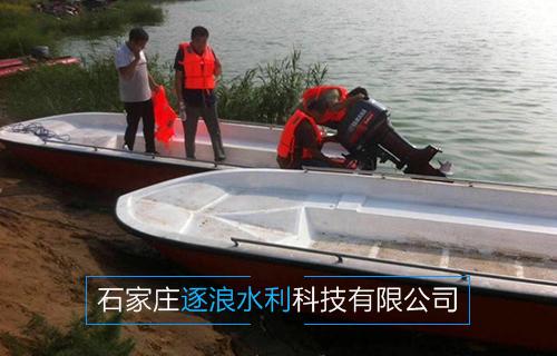 河北一家旅游景区采购冲锋舟,工作人员正在安装船用传动机。