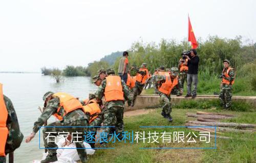 河南黄河沿岸地带,利用万博manbetx官网电脑版沙袋进行挡水工作
